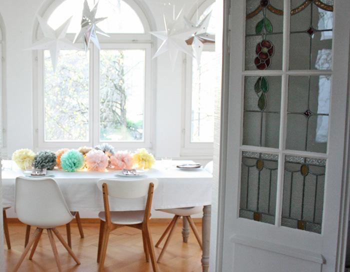 Des pompons en papier sur la table