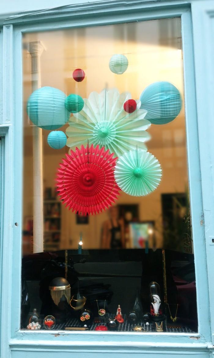 decoration de vitrine originale avec des lampions