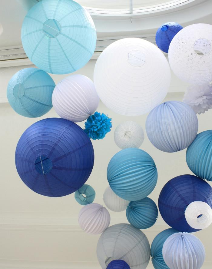 Décoration de mariage, lanternes et lampions bleus et blancs