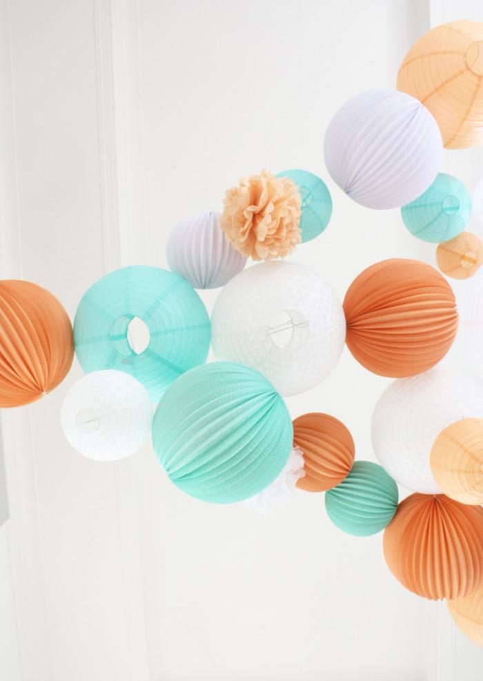 Décoration de mariage aérienne, dans les coloris pêche, blanche et menthe