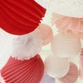 lanternes, pompons et lampions roses et blancs