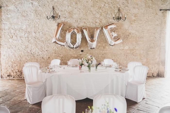 Une jolie idée de déco de mariage dans les tons bleus, roses et blancs