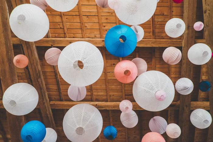 Ciel de lampions et grappes de couleurs pour un mariage!