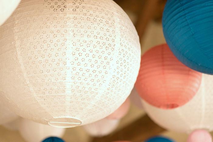 Ciel de lampions pour un mariage poétique en bleu, rose et blanc