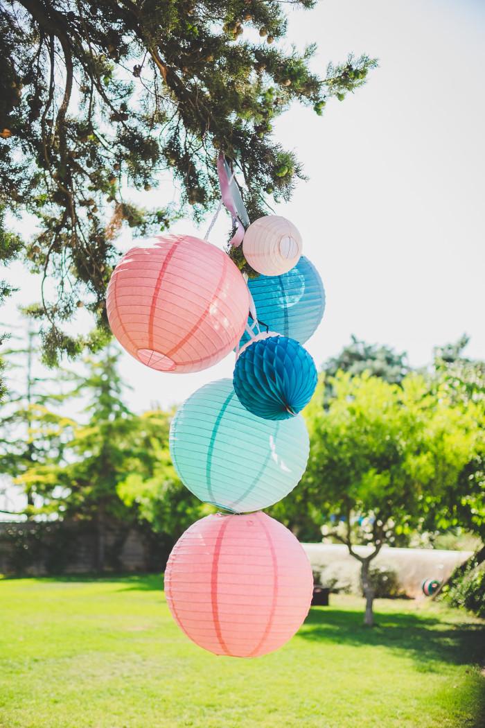 Une jolie idée de ciel et de déco pour un mariage dans les tons bleus, roses et blancs