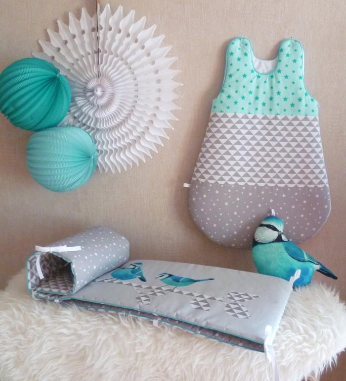 chambre de bébé garçon dans les tons bleus, lanternes, lampions et rosaces
