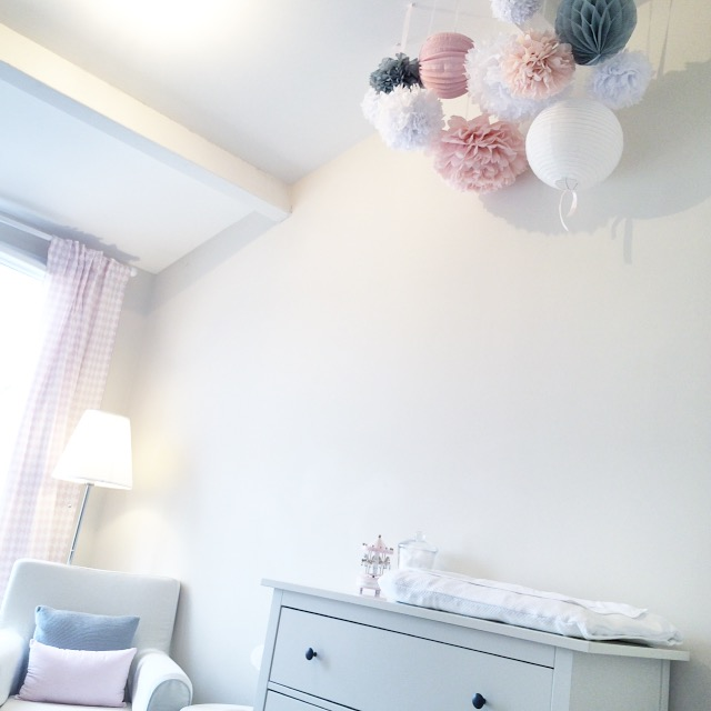 petit nuage de lampions et de pompons sous le lampion lantern and lampion. Black Bedroom Furniture Sets. Home Design Ideas