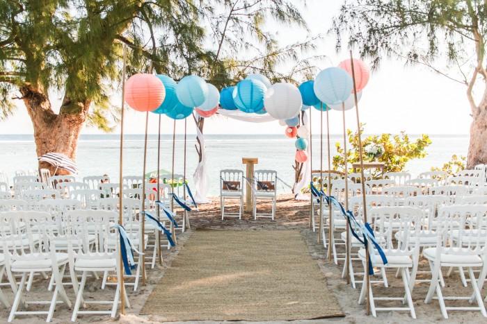 Décoration de mariage en extérieur, ciel de lanternes roses, bleues et blanches