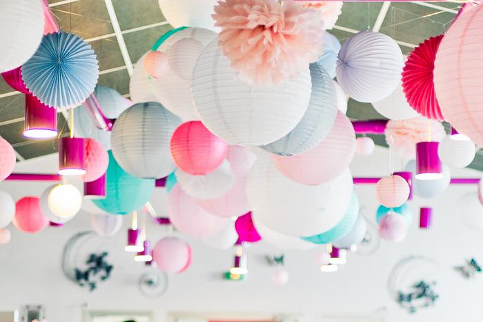 ciel de mariage pastel - lampions et lanternes roses, bleus et blancs